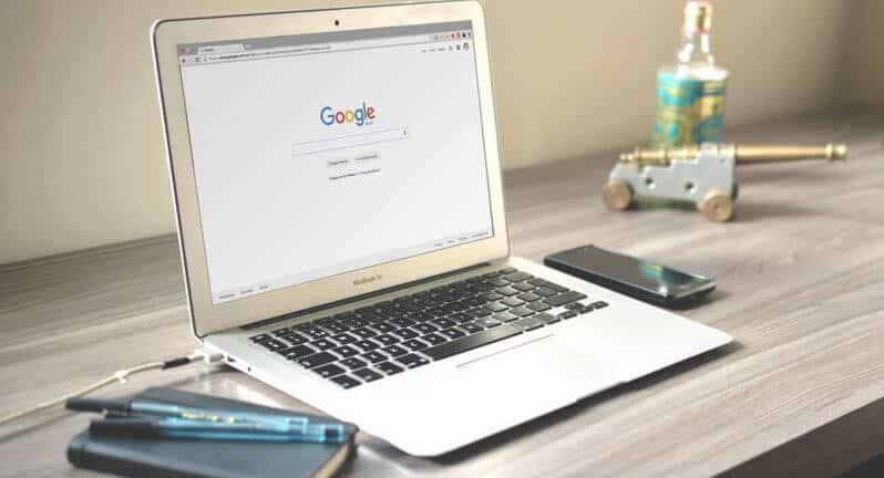 laptop aberto com a pagina do google
