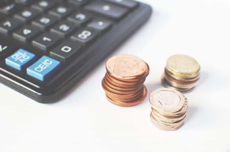 calculadora e moedas de libra