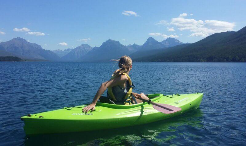 rapariga a andar de canoa