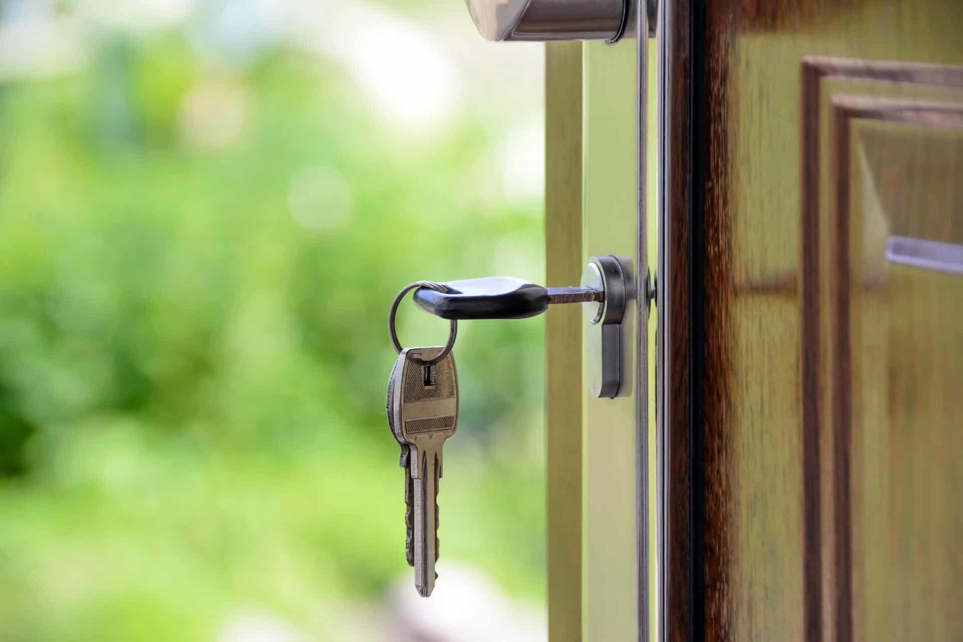 chave colocada dentro da fechadura de uma porta