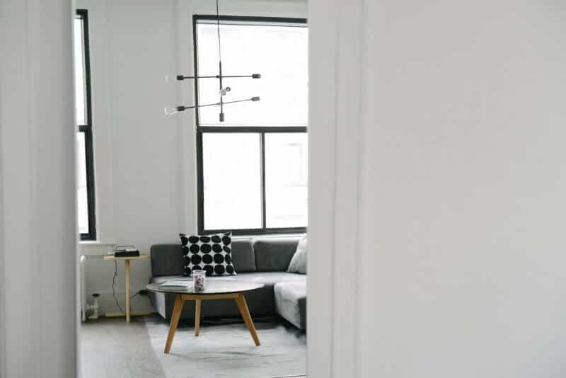 sala de estar com sofá cinzento