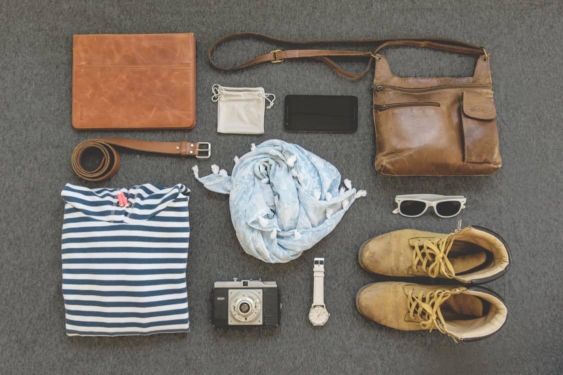 roupa sapatos e mala