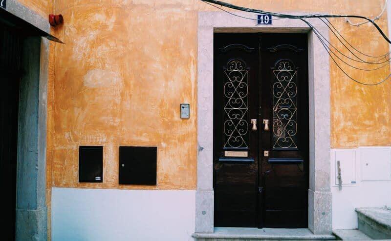 porta castanha de uma casa