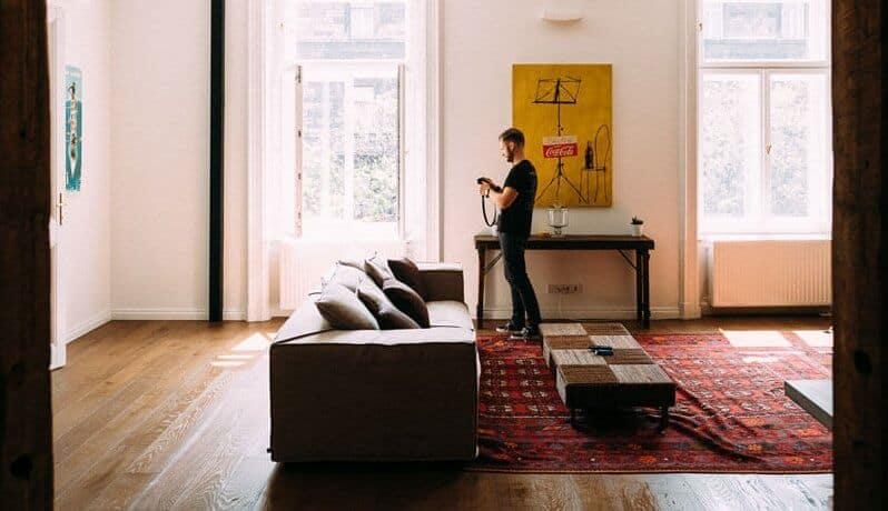 sala de estar com sofá castanho de pele