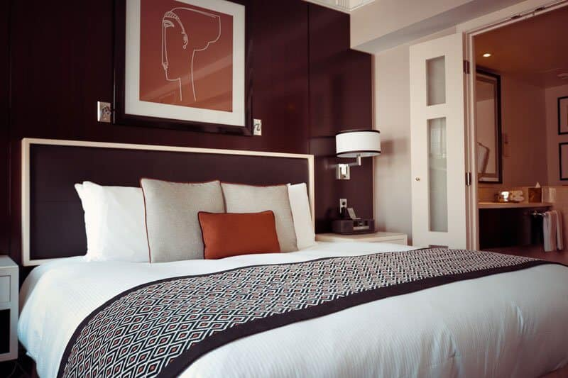 quarto de hotel com cama de casal