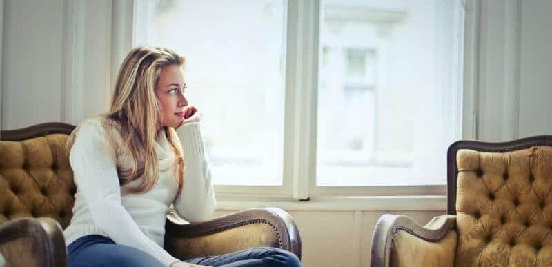 rapariga loira sentada num sofá