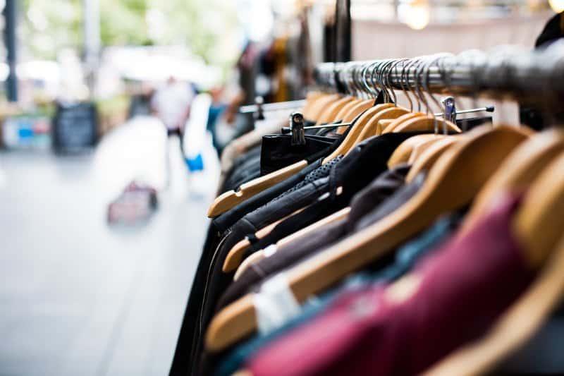cabides de roupa em loja