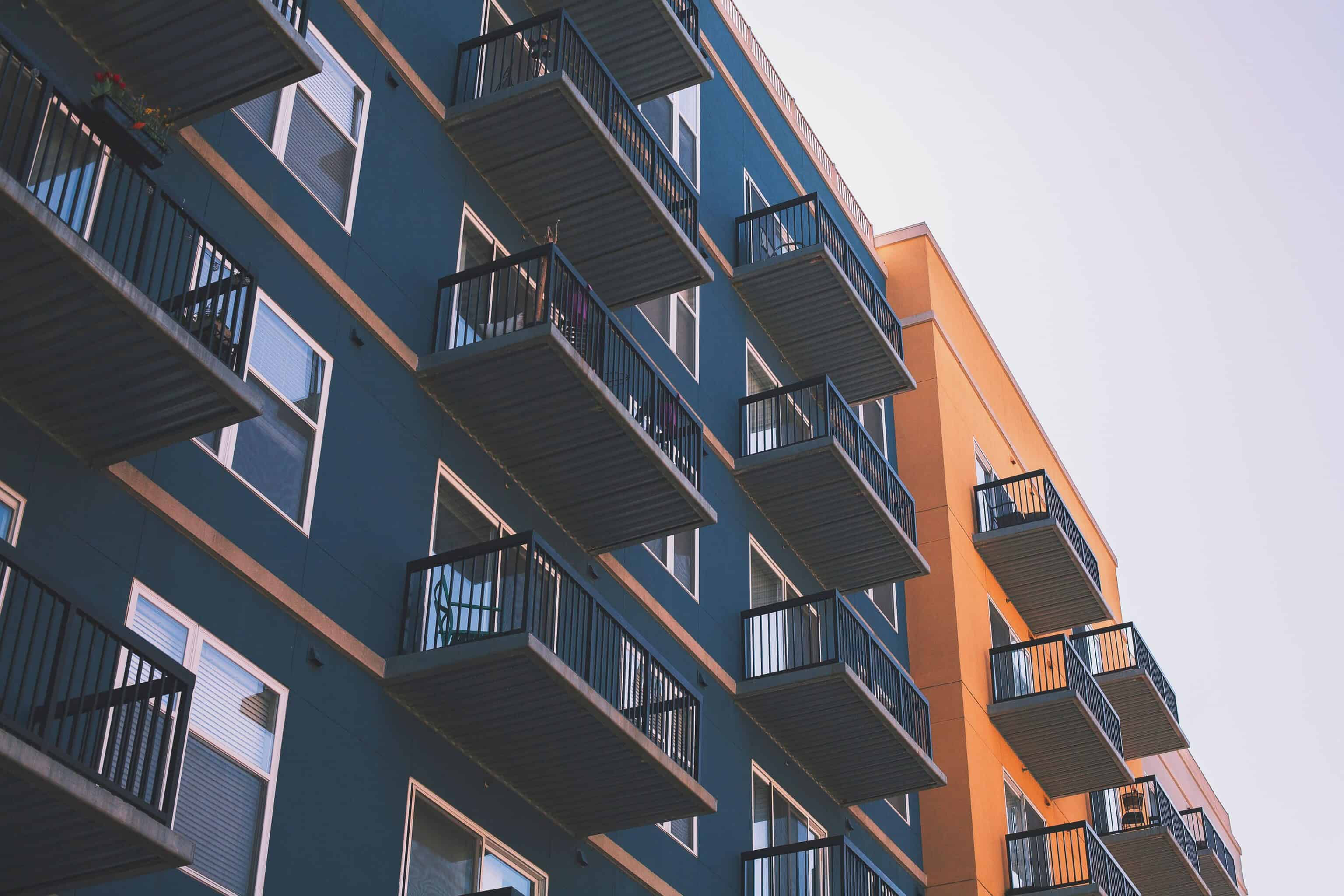 predios azuis com casas com varanda