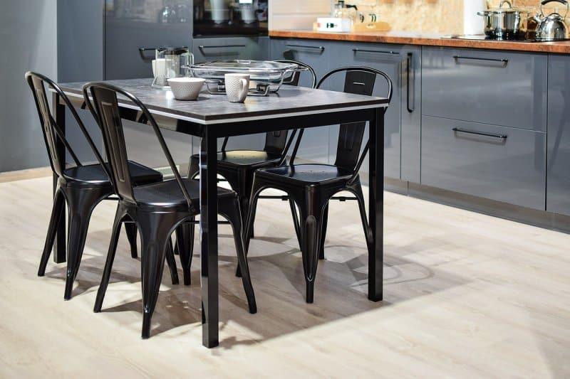 mesa de cozinha preta e quatro cadeiras