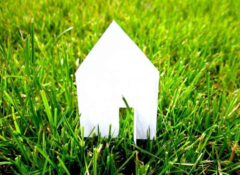 casa de papel branco em cima de relva