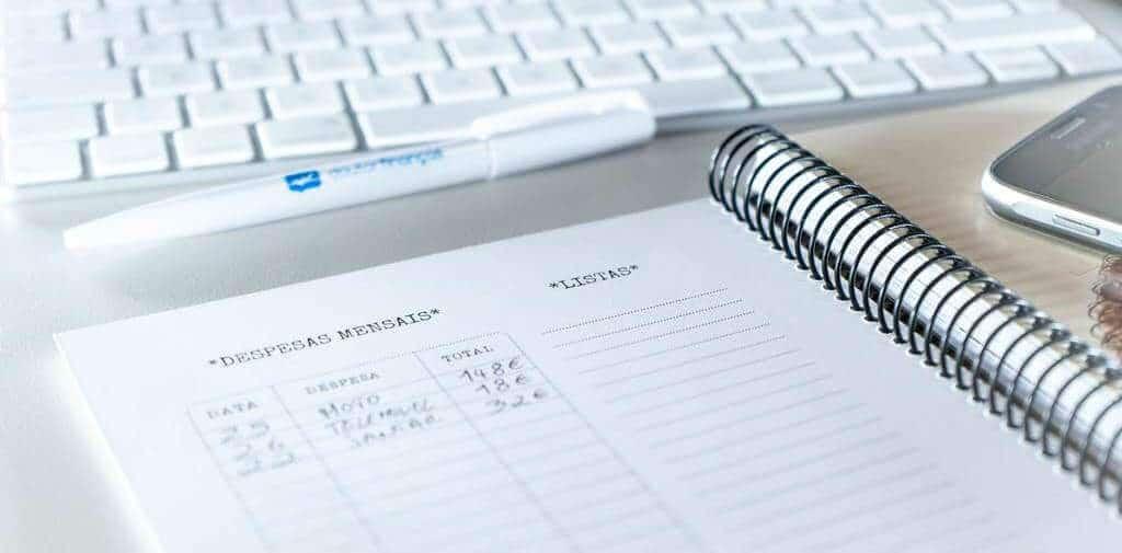 agenda doutor finanças aberta com uma caneta ao lado