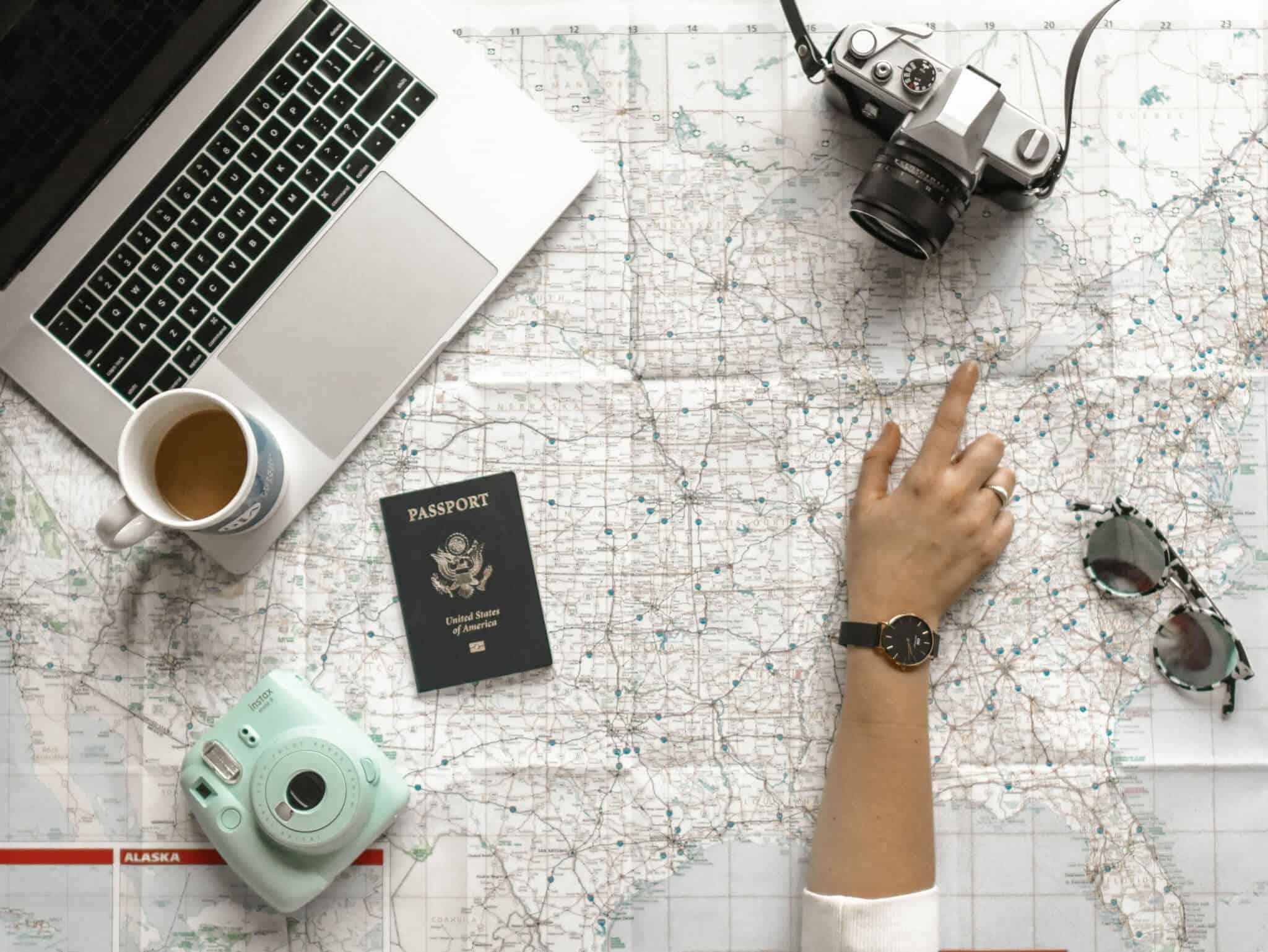 mapa de viagens com máquinas fotográficas em cima e um passaporte