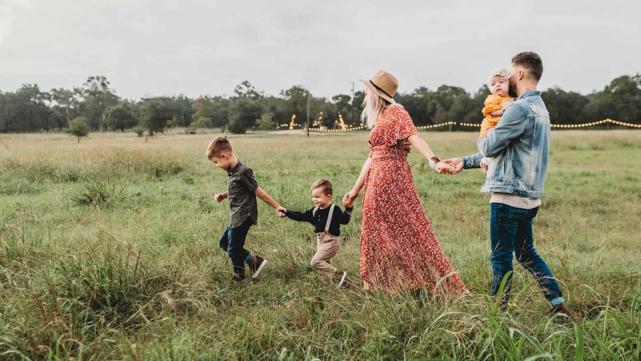 familia a passear no campo pais com trÊs filhos