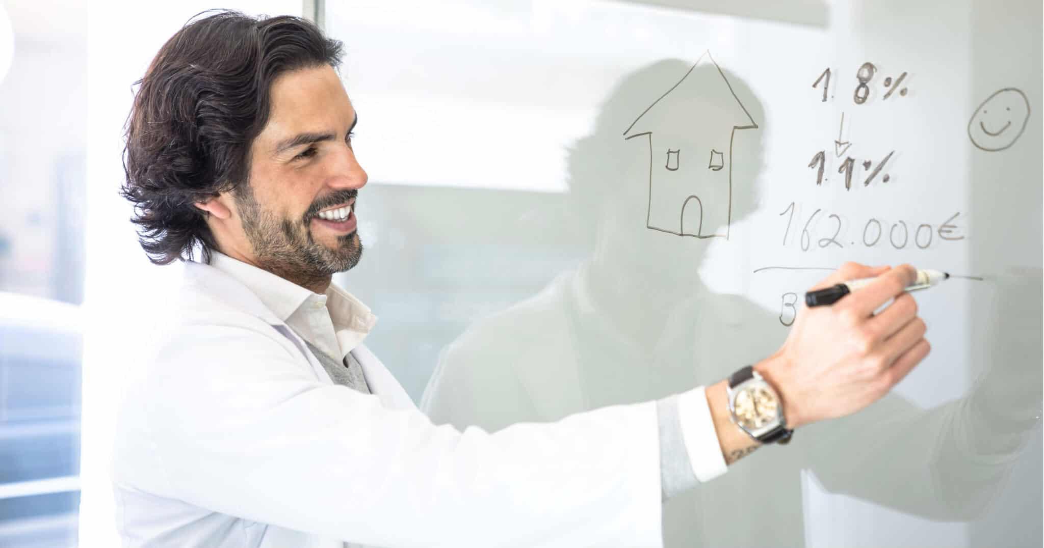 homem a fazer contas de compra de uma casa
