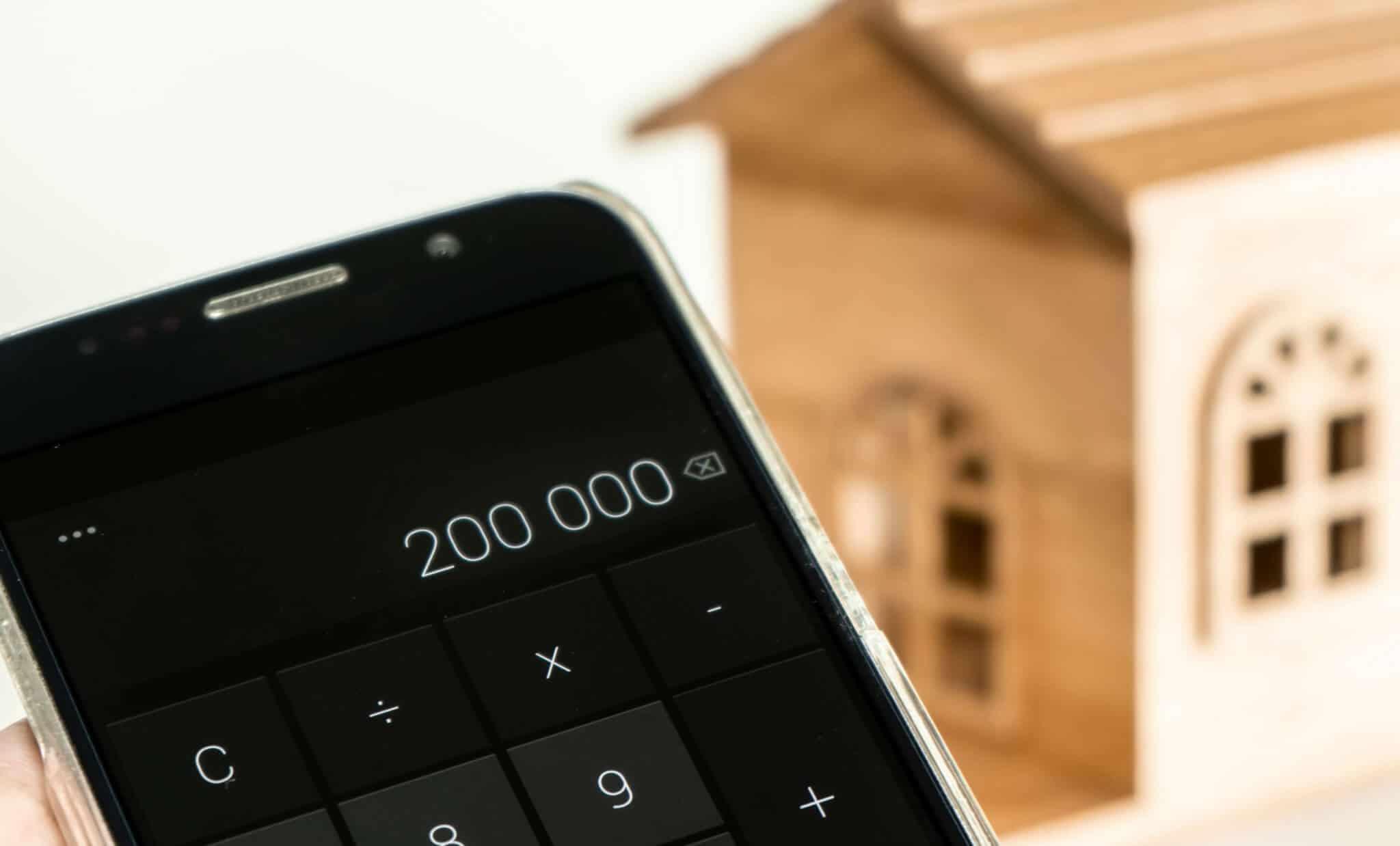 calculadora com o valor 200 mil euros no visor