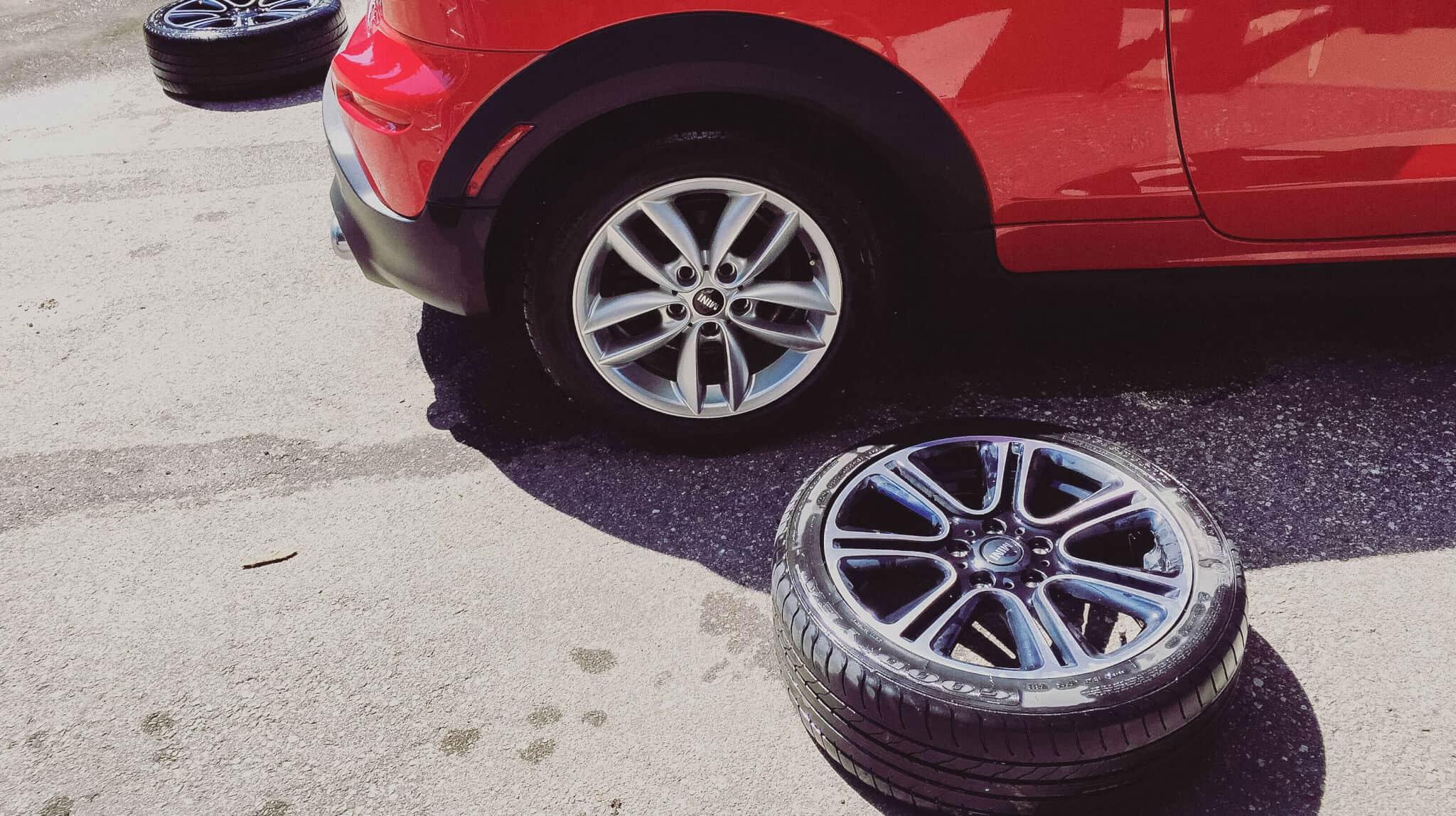 reparação do carro, com a troca de pneu num carro vermelho