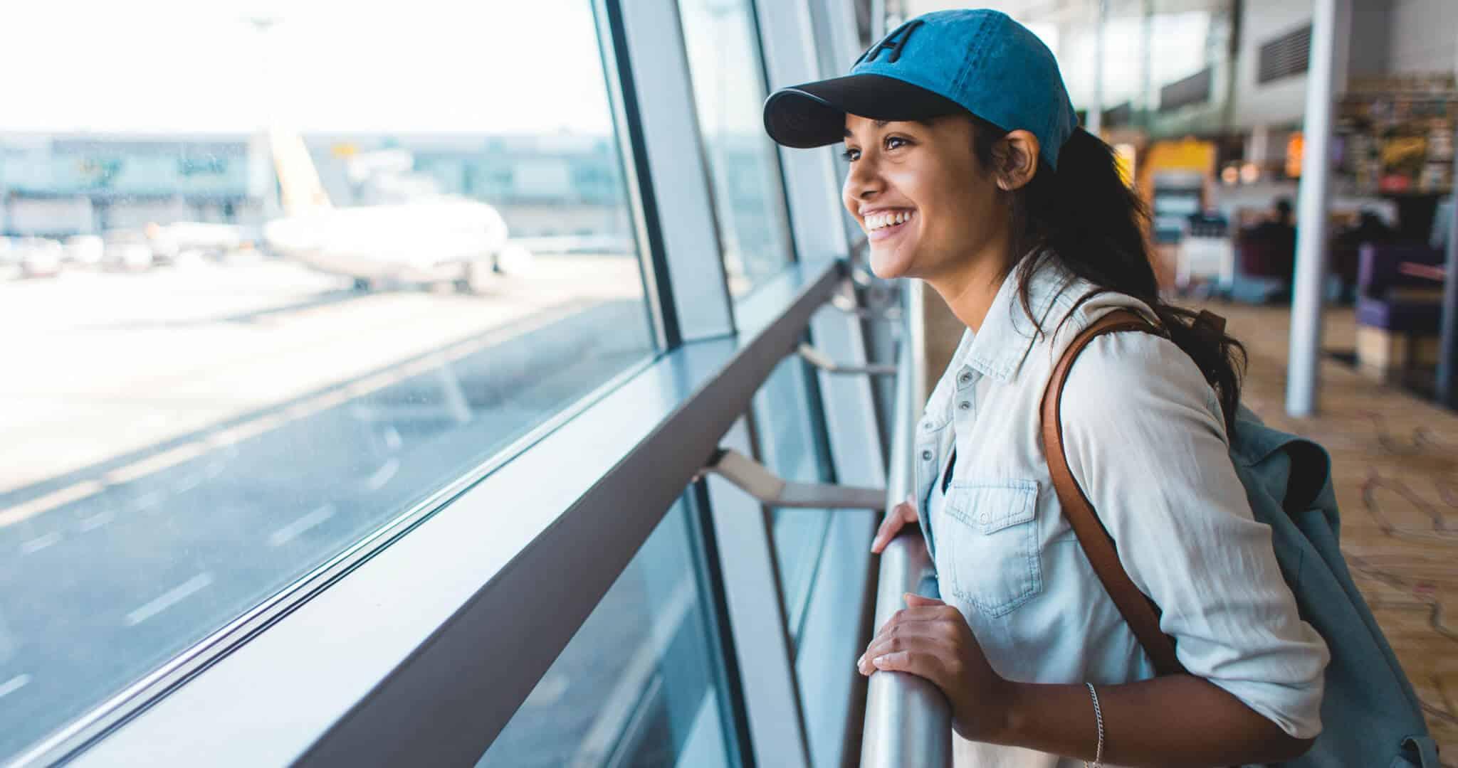 mulher no aeroporto_a ver os aviões_regresso