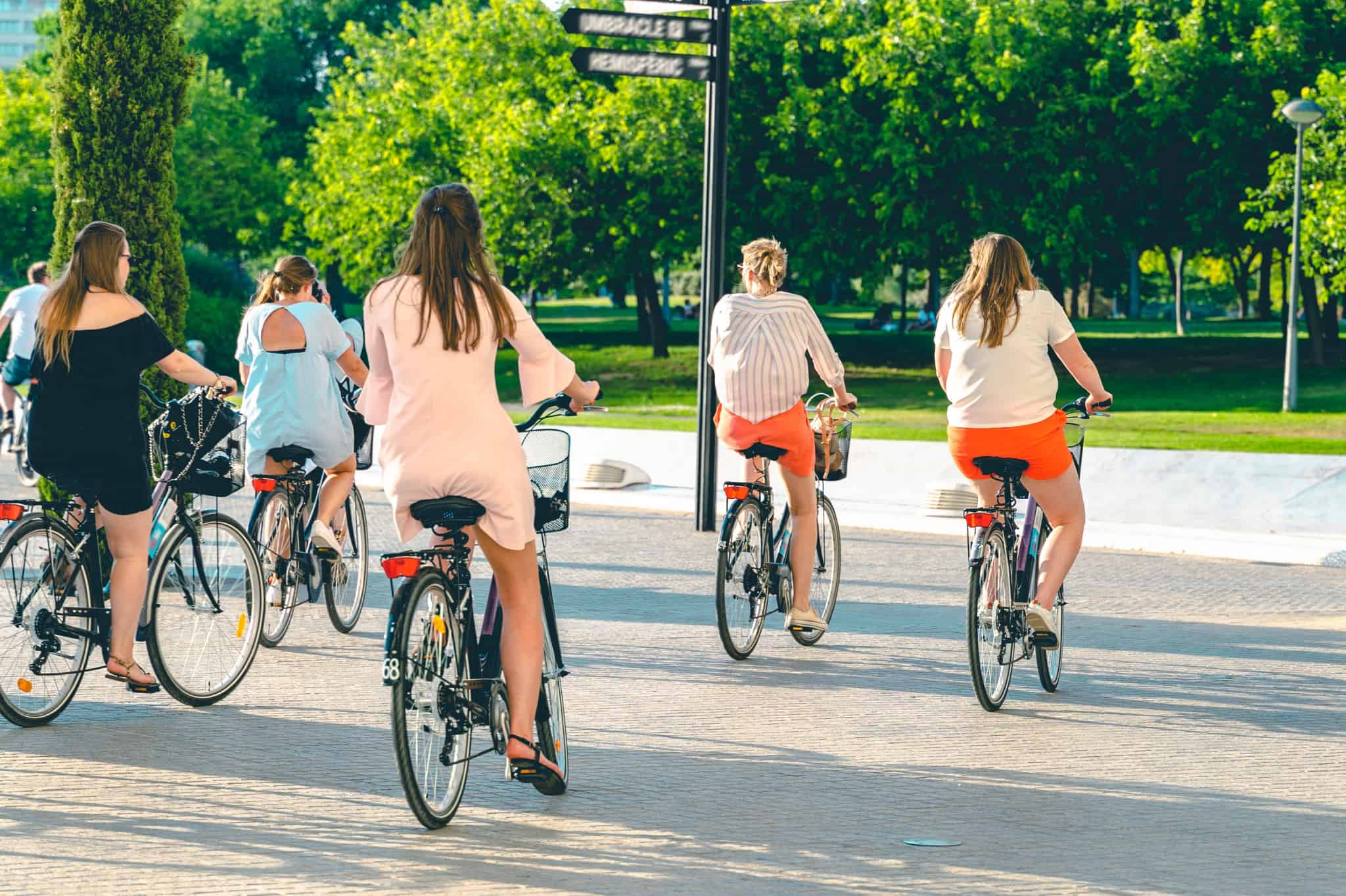 grupo de raparigas a andar de bicicleta