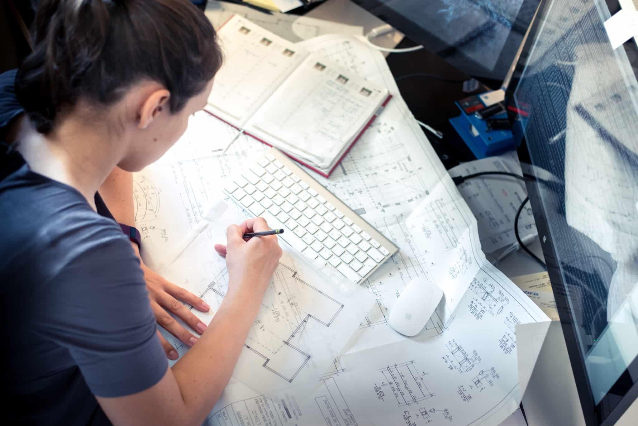 rapariga a estudar arquitetura faz plano de casa