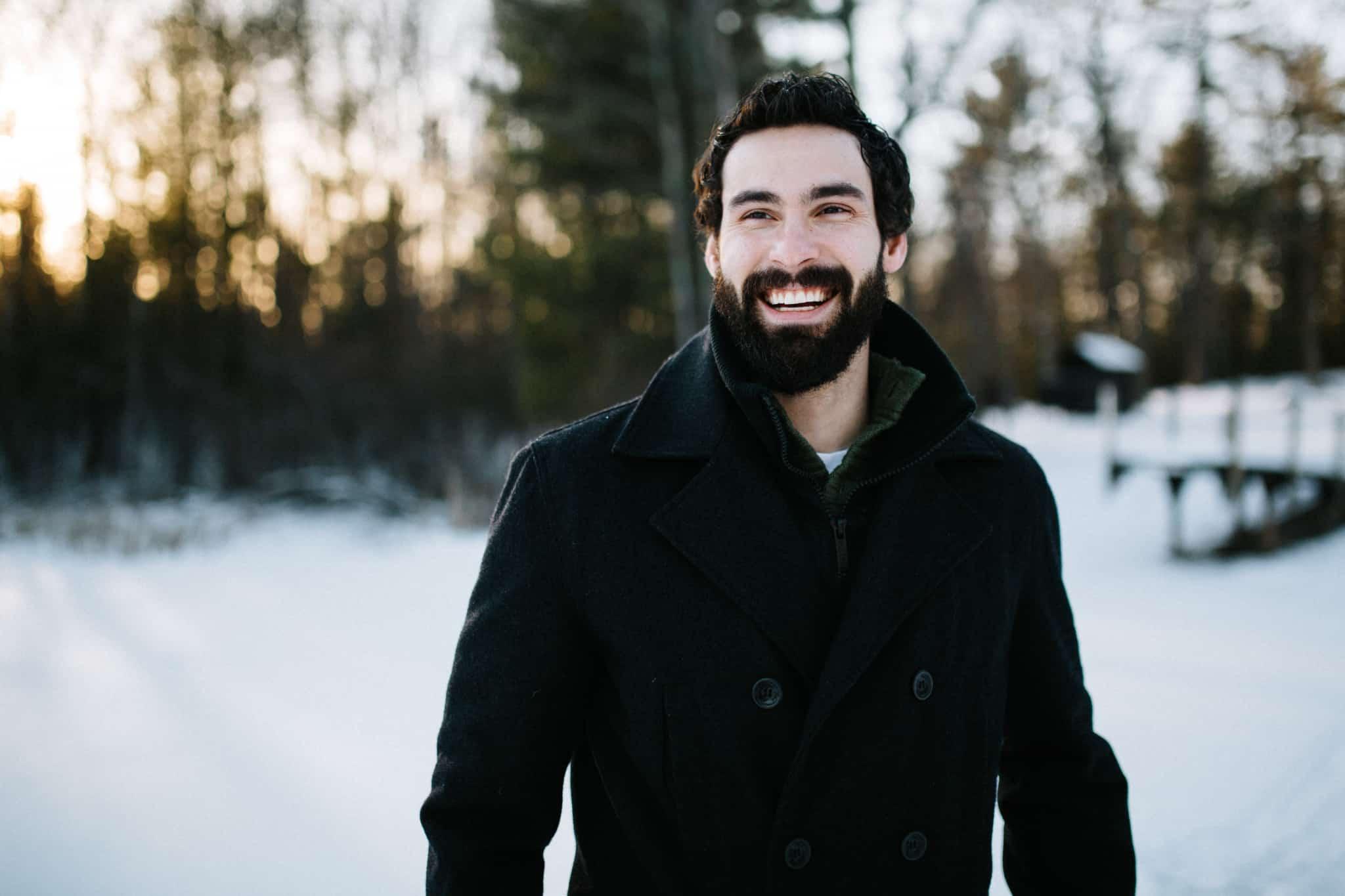 homem feliz na neve