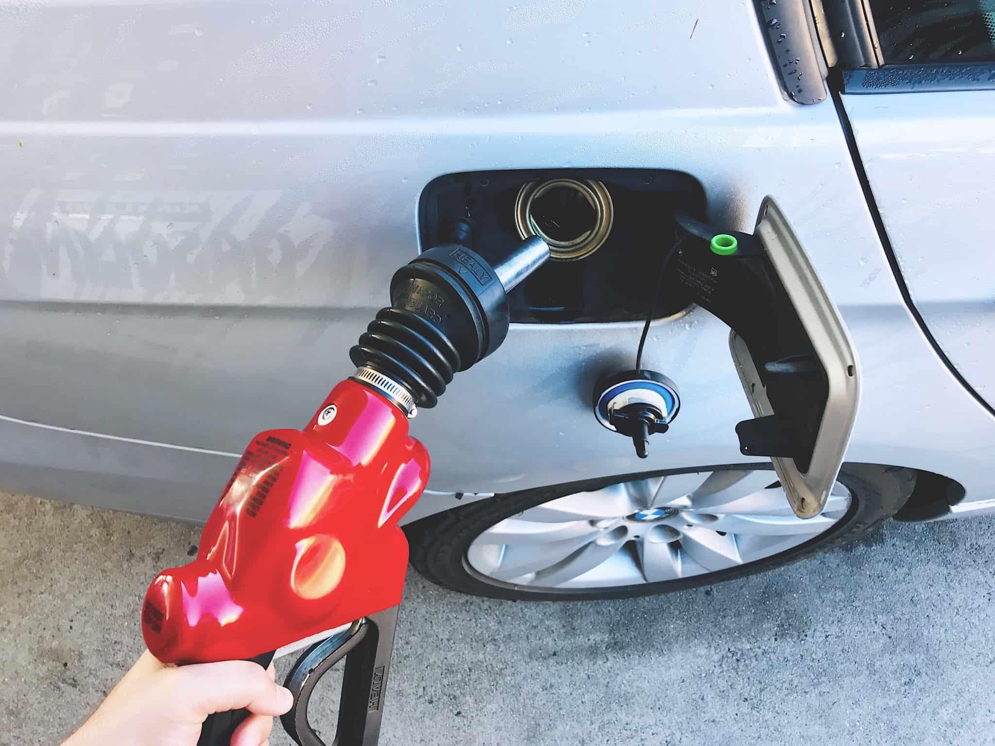 pessoa a meter gasolina no carro