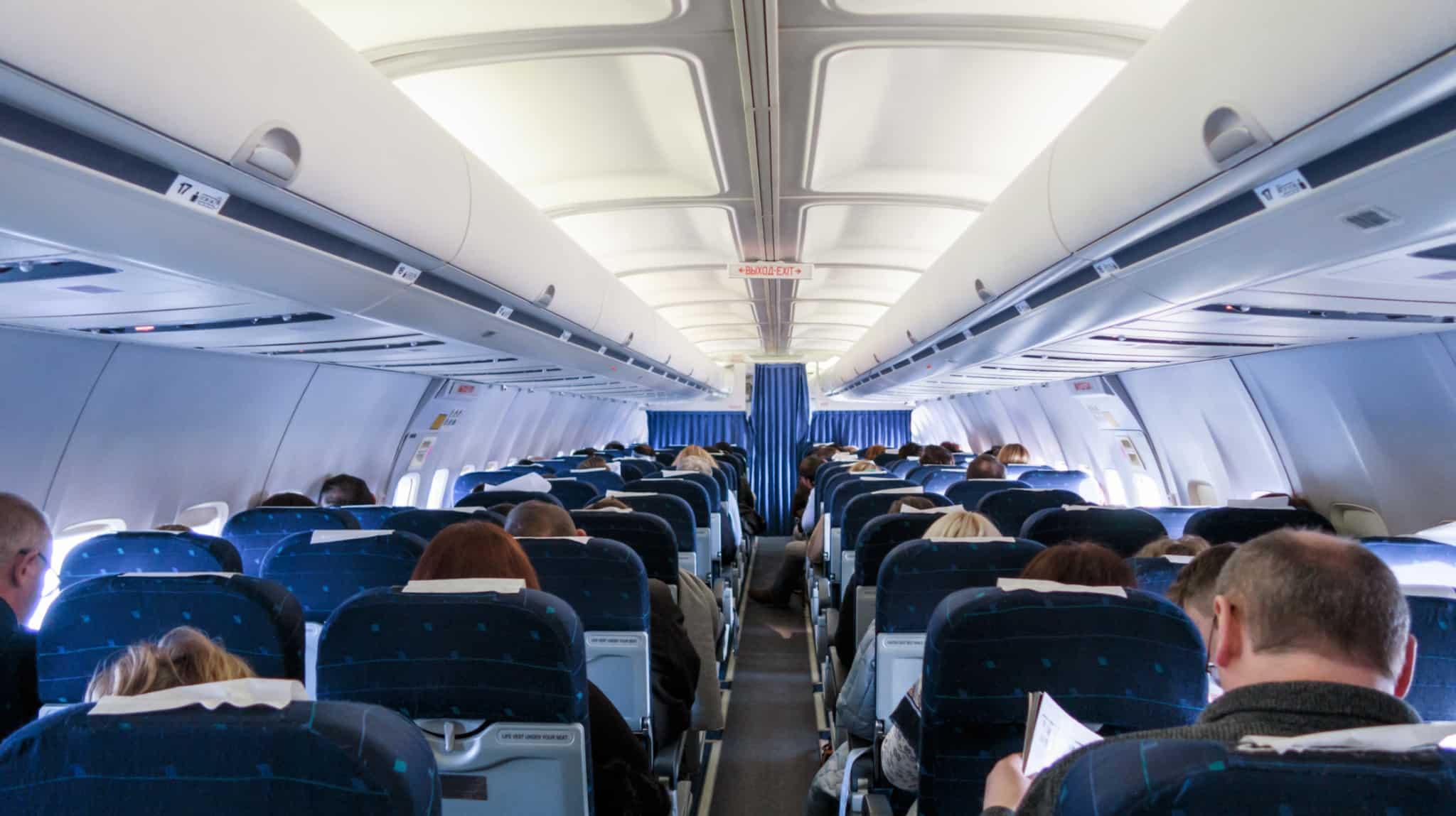 pessoas sentadas num avião