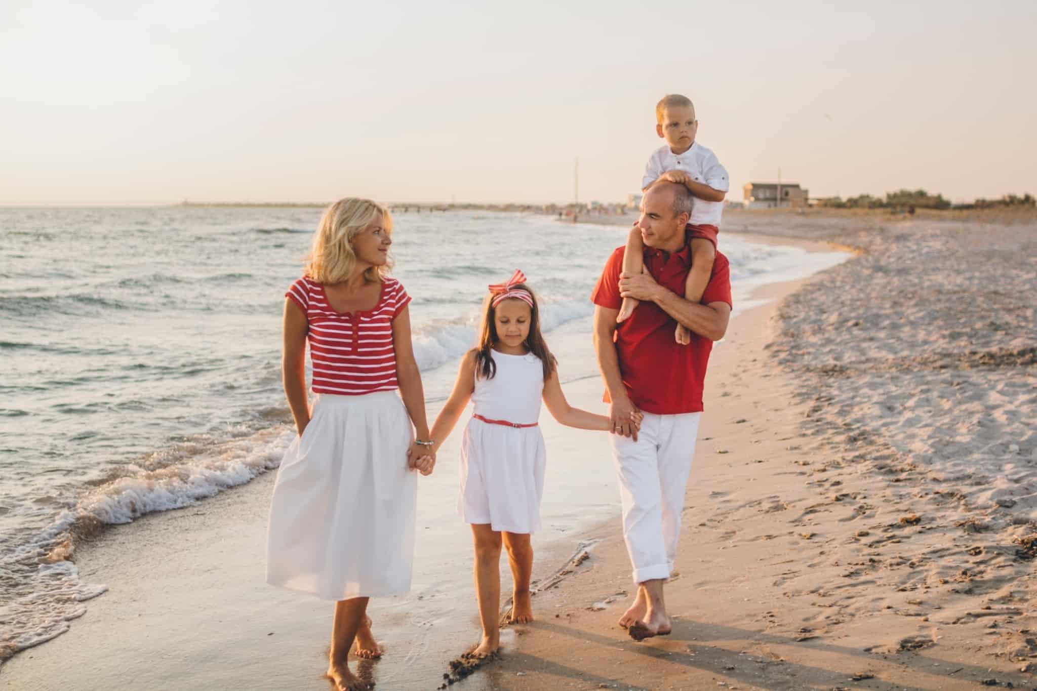 familia a passear na praia mae pai filha e filho