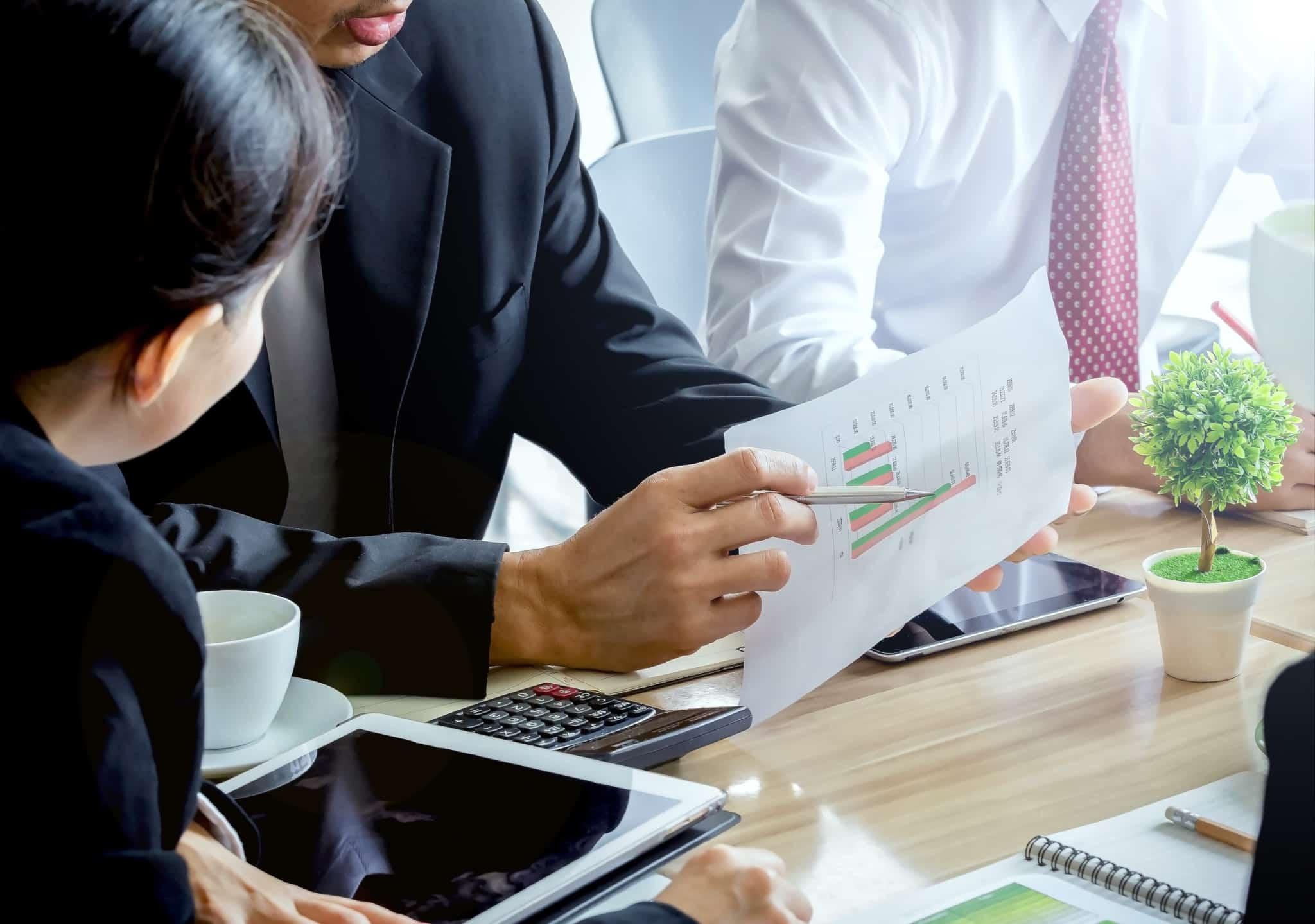 Empresário analisa documentos com uma colega